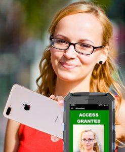 leitor de crachá móvel mostrando tela verde